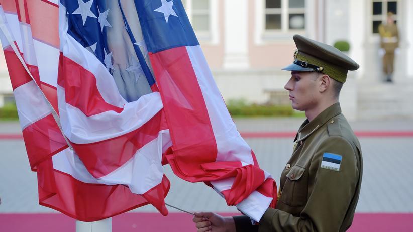 Ukraine-Krise: Ein estnischer Soldat hisst die US-Flagge in Tallinn.