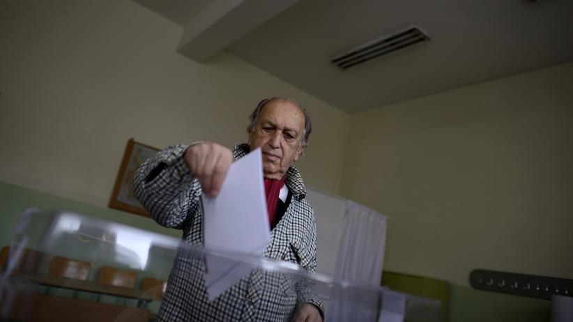 Ein Mann bei der Stimmabgabe in Bulgariens Hauptstadt Sofia
