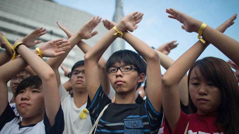 China: Demonstranten in Hongkong zeigen ihren Protest bei der Flaggenzeremonie zum Nationalfeiertag.
