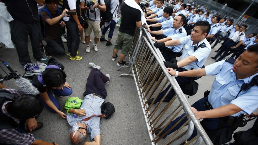 Hongkong: Polizisten und Demonstranten stehen einander vor Hongkongs  Regierungssitz gegenüber.