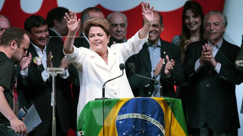 Präsidentschaftswahl: Brasiliens Präsidentin Dilma Rousseff winkt nach ihrer Wiederwahl ihren Anhängern zu