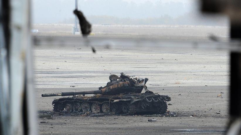Ein zerstörter Panzer im umkämpften Flughafen in Donezk