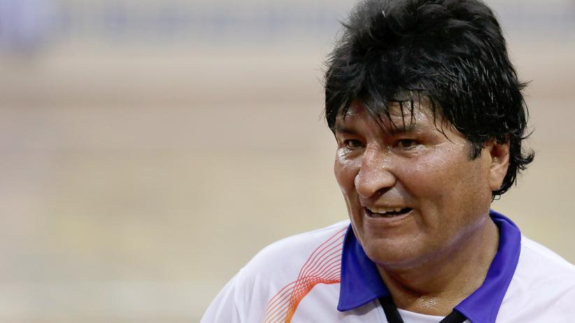 Präsidentschaftswahl in Bolivien: Volksnähe auch kurz vor der Wahl: Evo Morales bei einem Fußballspiel für die Rechte der Coca-Bauern