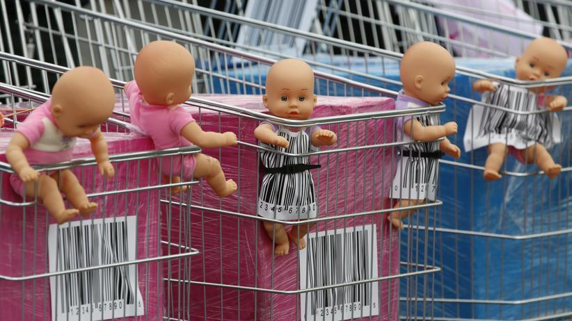 Puppen in Einkaufswagen auf einer Demonstration gegen Leihmutterschaft in Paris, Frankreich