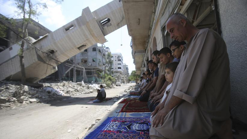 Geberkonferenz in Kairo: Freitagsgebet vor Trümmern: Palästinenser am Rande einer von israelischen Luftangriffen zerstörten Moschee in Gaza