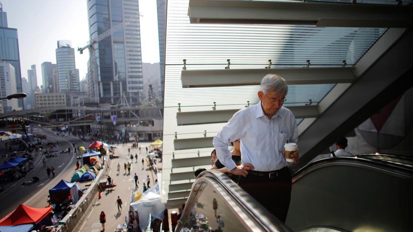 Hongkong: In Hongkong kehrt nach der teilweisen Räumung von Blockaden durch die Demonstranten etwas Entspannung ein.