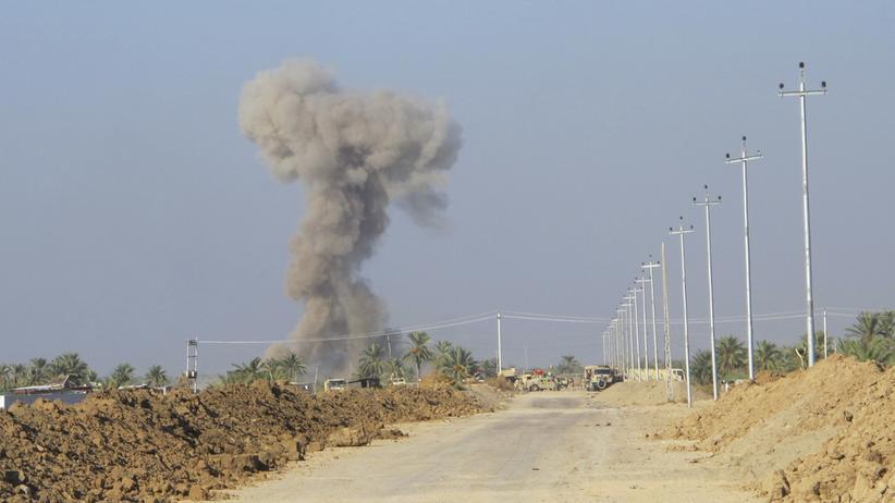 """""""Islamischer Staat"""": Rauchwolke nach dem Anschlag über Dschurf-al-Sachar"""