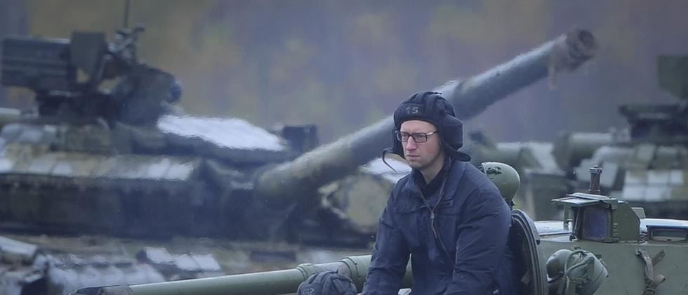 Der ukrainische Ministerpräsident Arsenij Jazenjuk während eines Besuchs der Armee