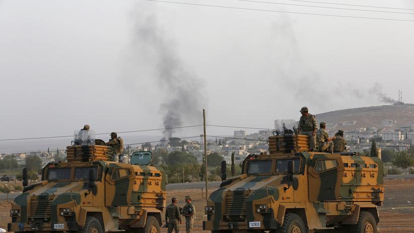 """""""Islamischer Staat"""": Türkische Panzer, im Hintergrund die rauchende Kurdenstadt Kobani"""
