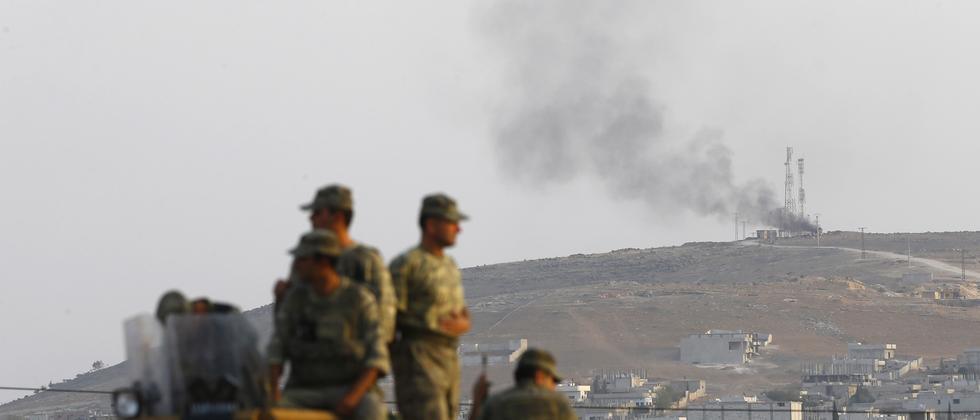 Türkische Soldaten, im Hintergrund die syrische Stadt Kobani