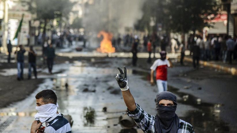 Kurdische Demonstranten während Ausschreitungen mit türkischen Polizisten in  Diyarbakir
