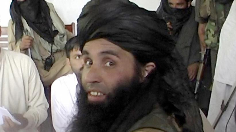 """Islamischer Staat"": This frame grab taken November 11, 2013,from 2008 video footage shows Maulana Fazlullah, newly appointed chief of Tehreek-e-Taliban Pakistan (TTP), speaking with local journalists in the Pakistan's northwestern Swat valley. The Pakistani Taliban on November 7, 2013, have elected Maulana Fazlullah as their new chief following the death of the previous leader in a US drone strike. Fazlullah led the Taliban's brutal two-year rule in Pakistan's northwest valley of Swat in 2007-2009 before a military operation retook the area. AFP PHOTO / STR (Photo credit should read STR/AFP/Getty Images)"