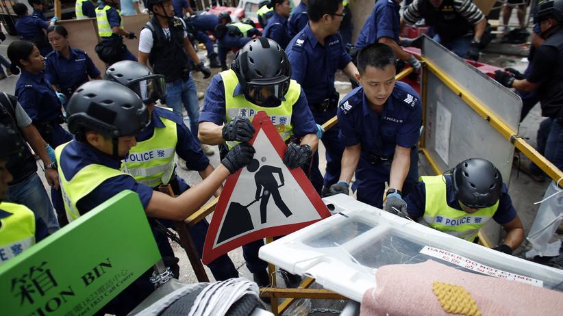 Proteste: Polizisten räumen am 14. Oktober 2014 Barrikaden in Hongkong.