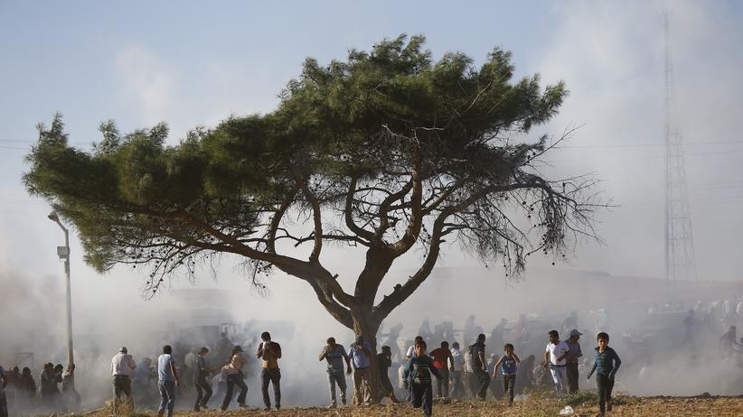 """""""Islamischer Staat"""": Die türkische Polizei setzt Tränengas ein, um eine Demonstration türkischer Kurden nahe der syrischen Grenze aufzulösen."""