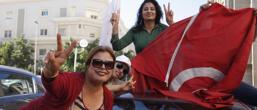 Anhänger der säkularen Partei Nidaa Tounès bejubeln den Sieg bei der Parlamentswahl.