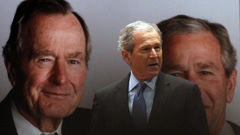 George W. Bush bei der Vorstellung eines Buches über seinen Vater
