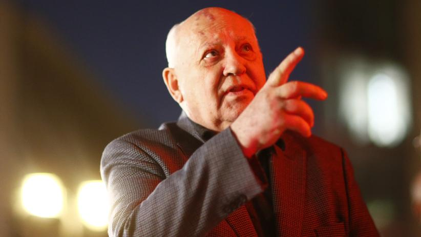 Russland: Der ehemalige sowjetische Staatschef Michail Gorbatschow besucht den Checkpoint Charlie in Berlin.