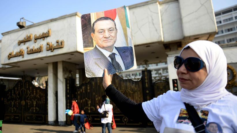 Ägypten: Eine Unterstützerin von Hosni Mubarak demonstriert vor der Polizeiakademie in Kairo.