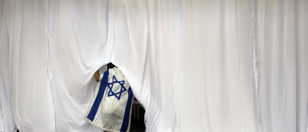Eine Frau mit israelischer Flagge bei einer Willkommenszeremonie für Einwanderer aus den USA auf dem Flughafen von Tel Aviv