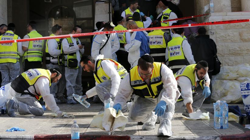 Anschlag in Jerusalem: Notfallhelfer waschen nach dem Anschlag das Blut von der Straße in Jerusalem.