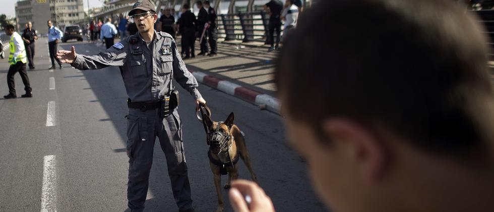 Ein israelischer Polizist steht einem Palästinenser gegenüber