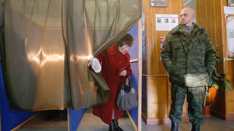 Wahl in der Ostukraine: Eine Frau verlässt nach ihrer Stimmabgabe die Wahlkabine in Donezk.