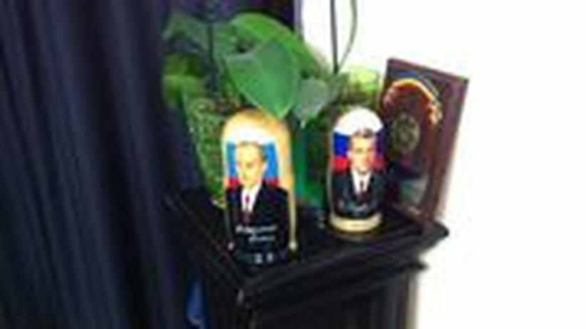 Putin und Medwedew: Zwei Figuren in Renato Usatis Büro