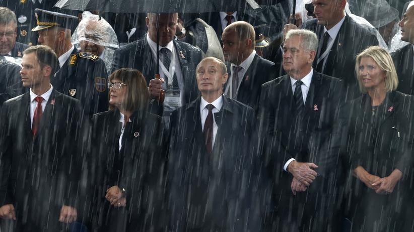 Russlands Präsident Wladimir Putin nimmt neben Serbiens Präsident Tomislav Nikolic eine Militärparade in Belgrad ab.