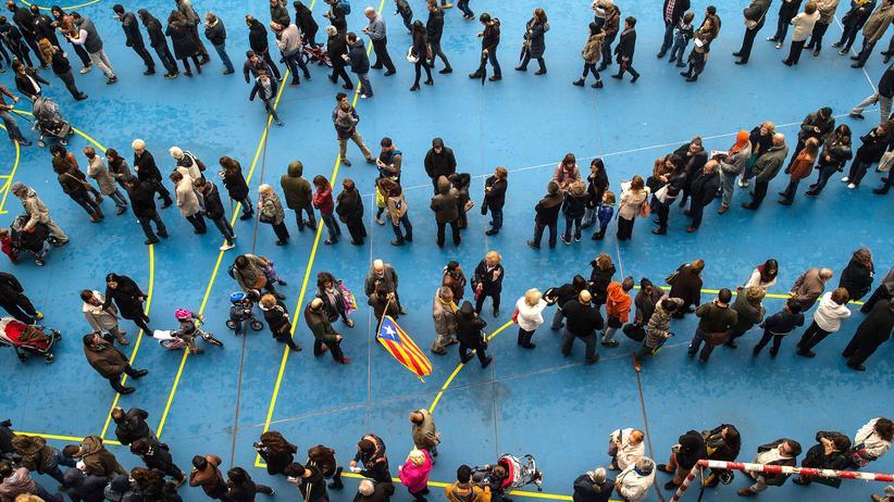 Vor einem Wahllokal in Barcelona hat sich eine lange Warteschlange gebildet.