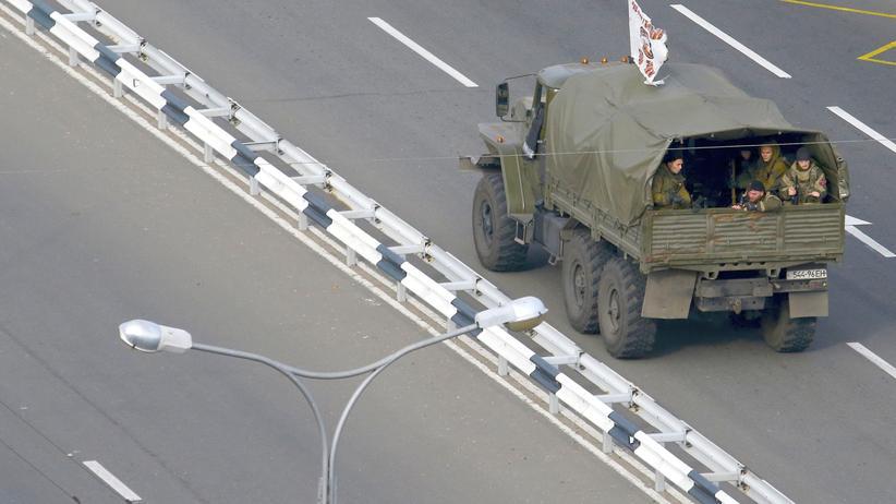 Separatistenkämpfer auf einem Laster in Donezk im Osten der Ukraine