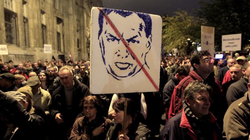 Budapest: Tausende Ungarn protestieren in der Hauptstadt gegen ihre Regierung.