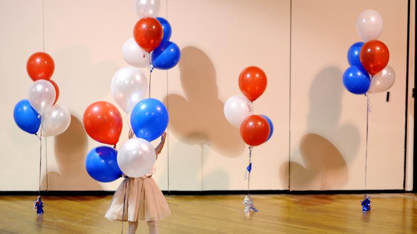 US-Wahlen: Ein kleines Mädchen spielt mit Luftballons auf einer Wahlparty der US-Republikaner.