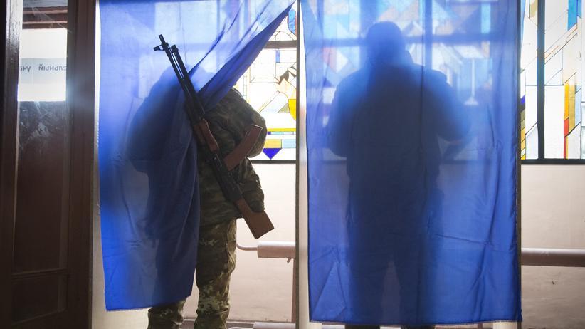 Ukraine-Konflikt: Prorussische Rebellen bei der Wahl in einer Militärbasis in Donezk