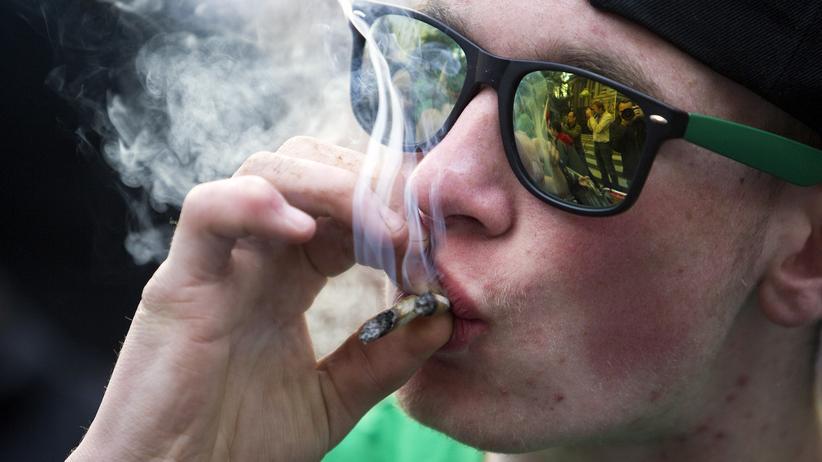 Fidesz-Partei: Ein Mann raucht Marihuana.