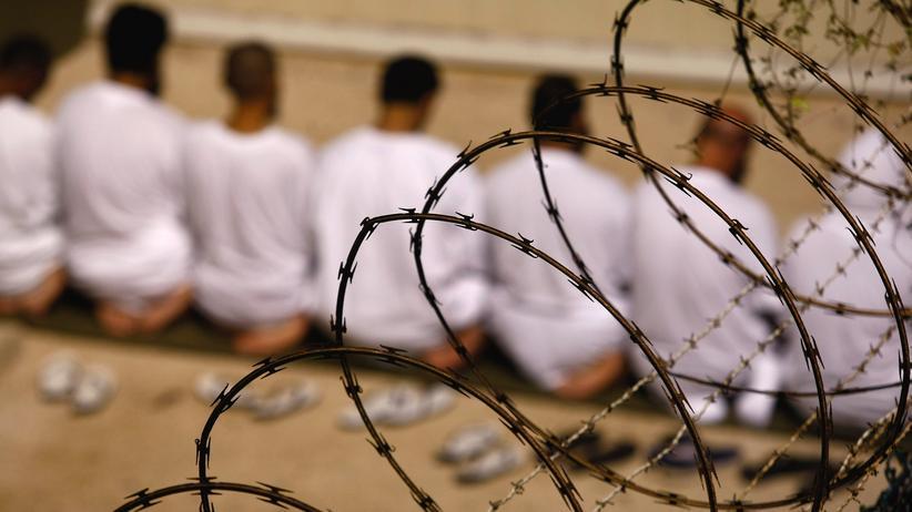Folterbericht: Häftlinge während des Morgengebets im US-Gefängnis Guantánamo auf Kuba (Bild aus dem Jahr 2009)