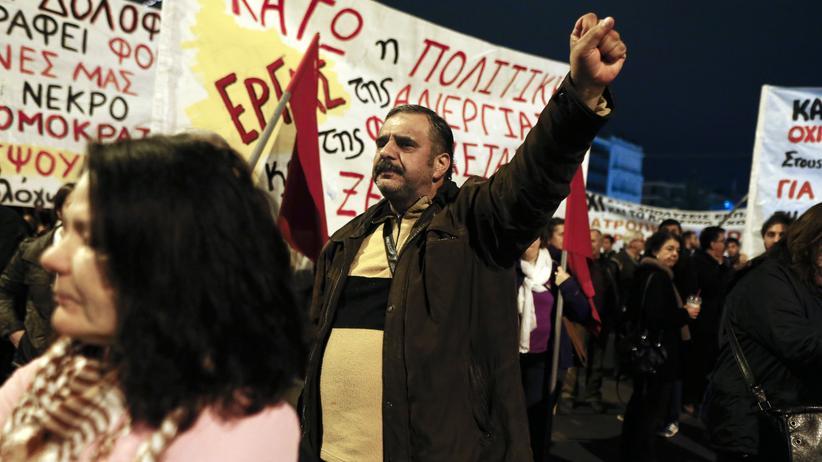 Schuldenkrise: Demonstranten vor dem Parlament in Athen während der Haushaltsabstimmung am 7. Dezember 2014