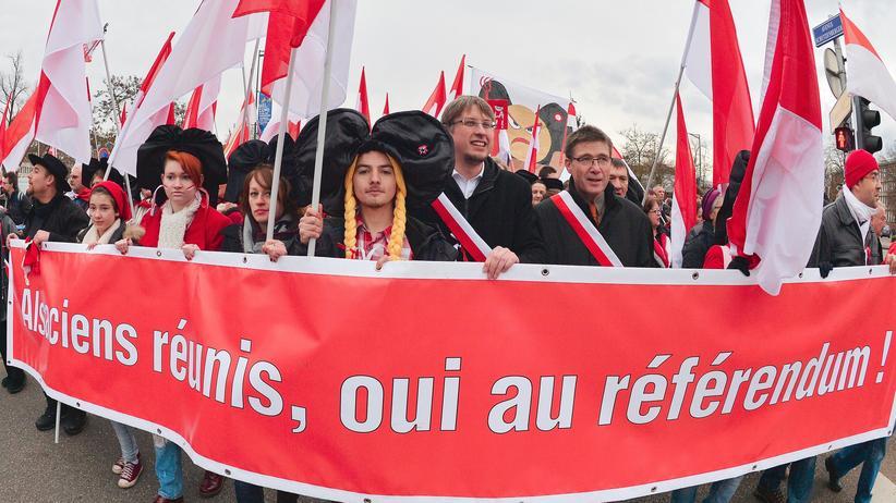 Frankreich: Demonstranten protestieren in Straßburg gegen die Zusammenlegung der Regionen Elsass, Lothringen und Champagne-Ardenne.