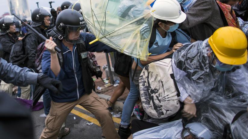 Hongkong: Die Polizei in Hongkong setzte am Montagmorgen Schlagstöcke gegen Demonstranten ein.