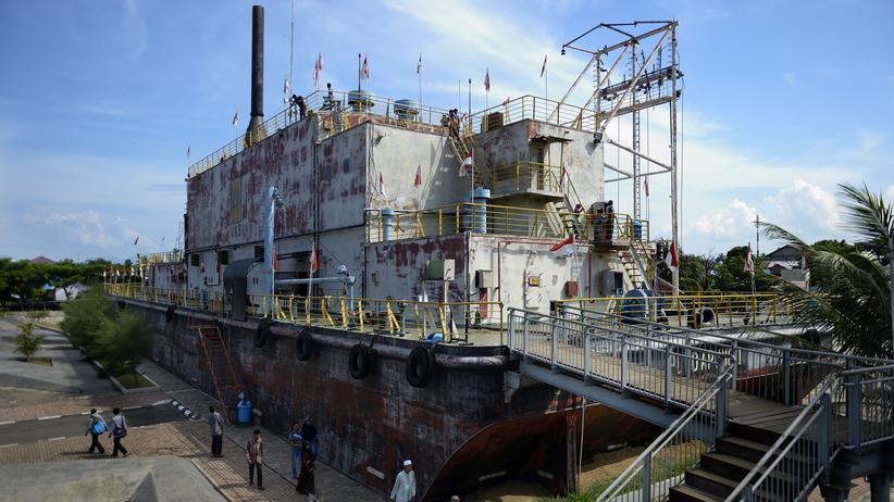 Das Mahnmal PLTD Apung 1 in Banda Aceh: ein 2.600 Tonnen schweres Generatorschiff, das der Tsunami drei Kilometer landeinwärts gespült hat