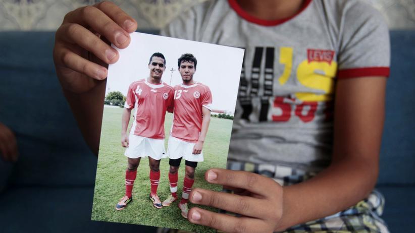 Ein Foto des früheren tunesischen U-21-Nationalspielers Nidhal Selmi (r.), der als islamistischer Kämpfer in Syrien starb