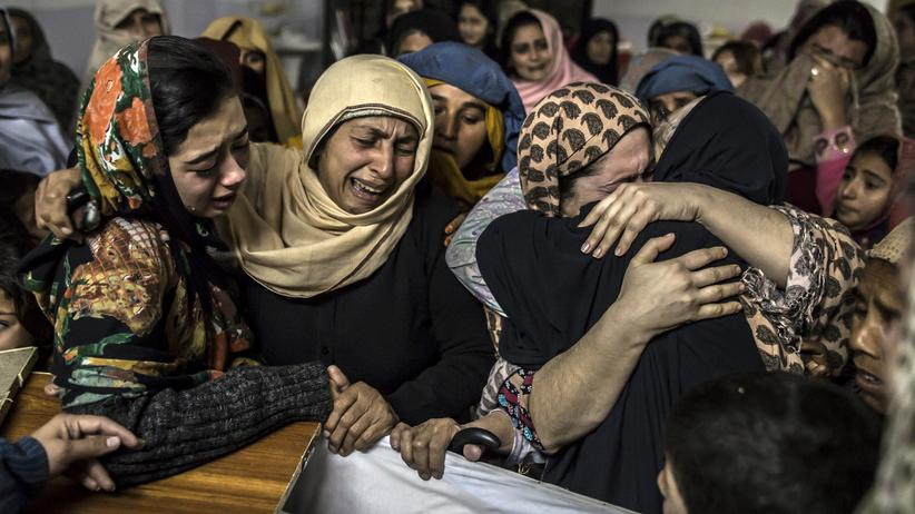 Frauen trauern um ihre Kinder, die bei einem Angriff von Talibankämpfern auf eine Schule in der pakistanischen Stadt Peshawar erschossen wurden.