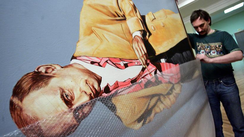 Putins Konterfei wird nach einer Ausstellung in der Duma abgehängt.