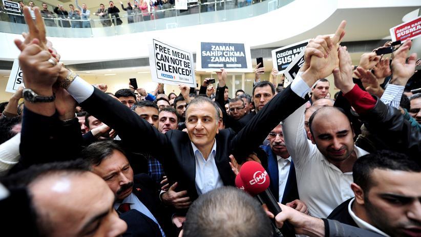 """Türkei: Ekrem Dumanlı, Chefredakteur der regierungskritischen türkischen Tageszeitung """"Zaman"""", bei seiner Verhaftung in Istanbul am 14. Dezember 2014"""