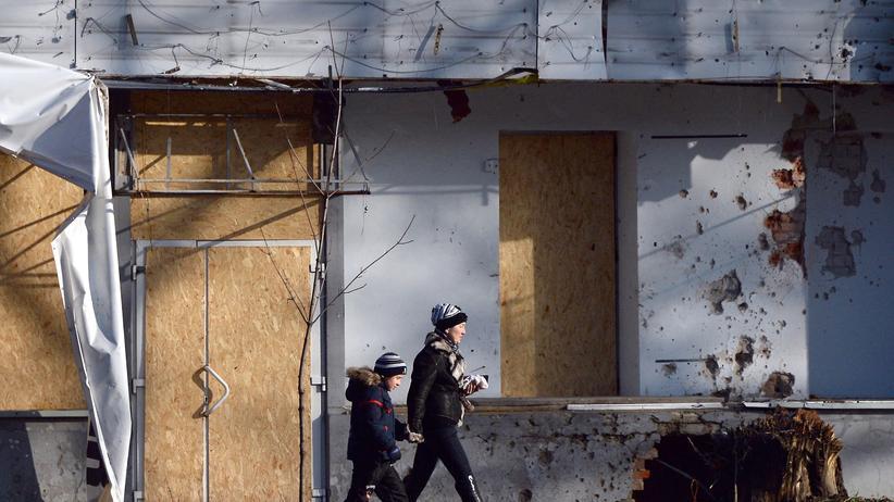 Ukraine-Konflikt: Passanten in zerstörten Teilen der ostukrainischen Stadt Donezk