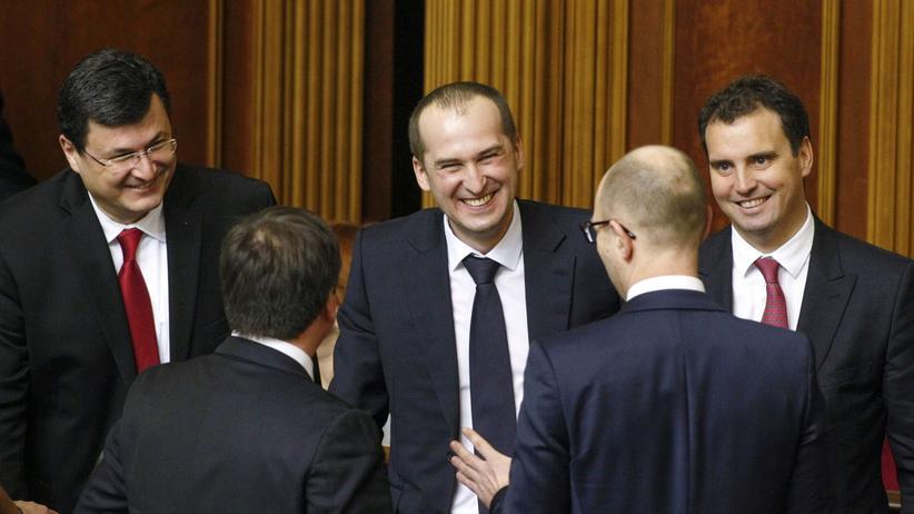 Kiew: Mitglieder der neuen ukrainischen Regierung im Parlament