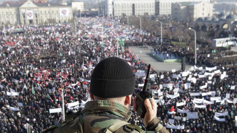 "Frankreich: A member of law enforcement forces stands guard during a rally to protest against satirical cartoons of prophet Mohammad, in Grozny, Chechnya January 19, 2015. Tens of thousands of people staged the rally on Monday in Chechnya against French magazine Charlie Hebdo's cartoons of the prophet, which the predominantly Muslim region's leader denounced as ""vulgar and immoral"". REUTERS/Eduard Korniyenko (RUSSIA - Tags: RELIGION CRIME LAW CIVIL UNREST MEDIA POLITICS)"