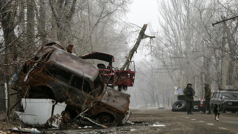 Eine Zufahrtstraße zum Flughafen in Donezk