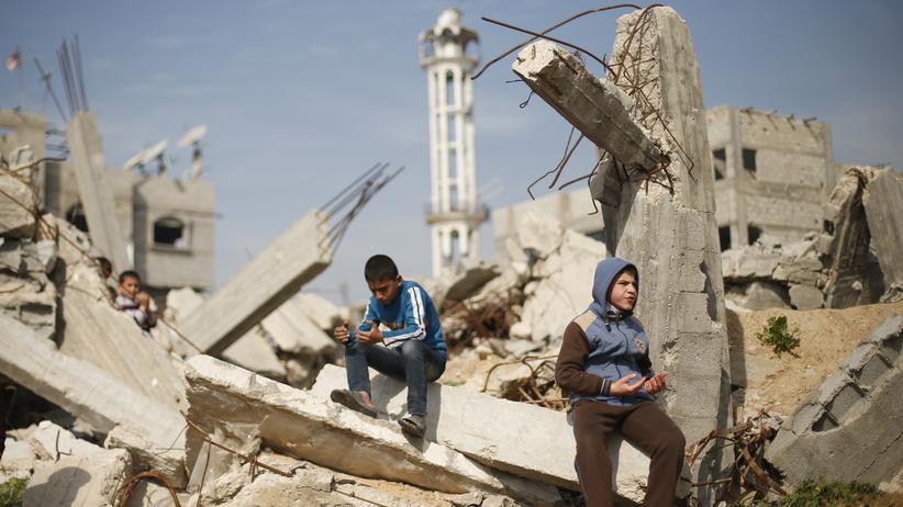 Internationaler Strafgerichtshof: Palästinensische Jungen während des Freitagsgebets in einer Ruine in Gaza