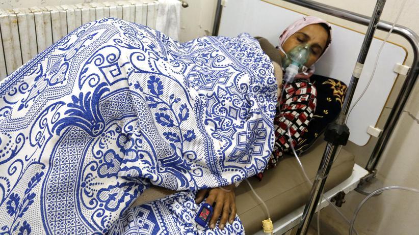 Syrien: Eine Frau, die mutmaßlich durch einen Giftgasangriff verletzt wurde, in einem Krankenhaus im Dorf Kafr Sita in der zentralsyrischen Provinz Hama am 22. Mai 2014