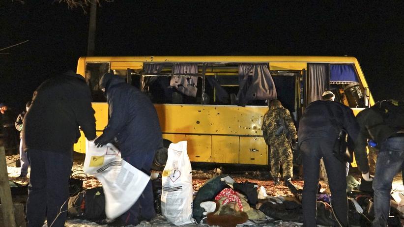 Ukraine: Ermittler untersuchen den Bus, der in der Region Donezk unter Beschuss geraten war.